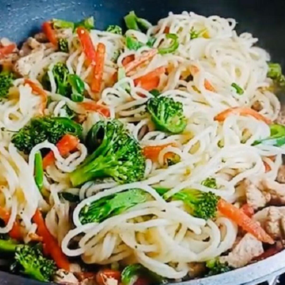 Ezen a képen: Brokkolis-csirkemelles spagetti