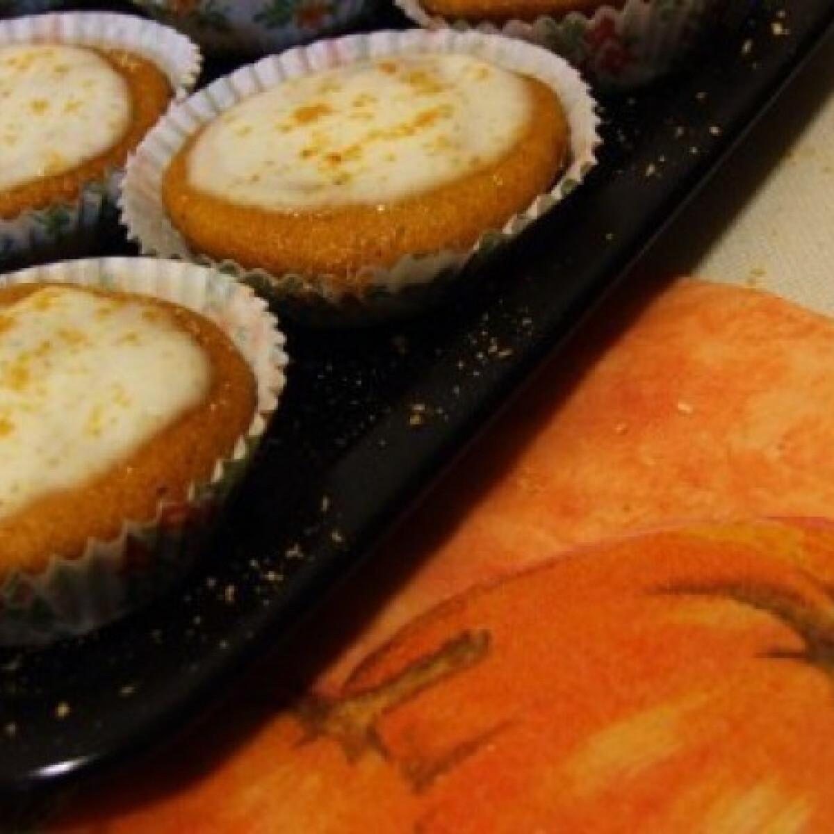 Ezen a képen: Sütőtökös-diós muffin citrusmázzal