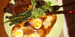 Steak zöldbabbal és naan kenyérrel