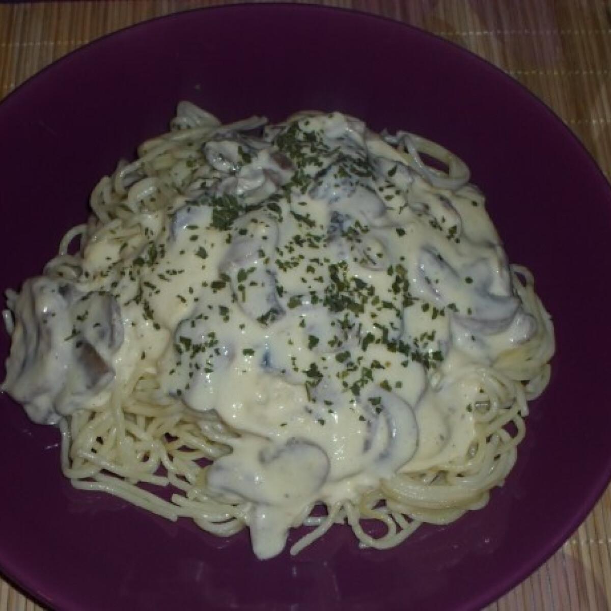 Ezen a képen: Sajtos-gombás-tejfölös spagetti
