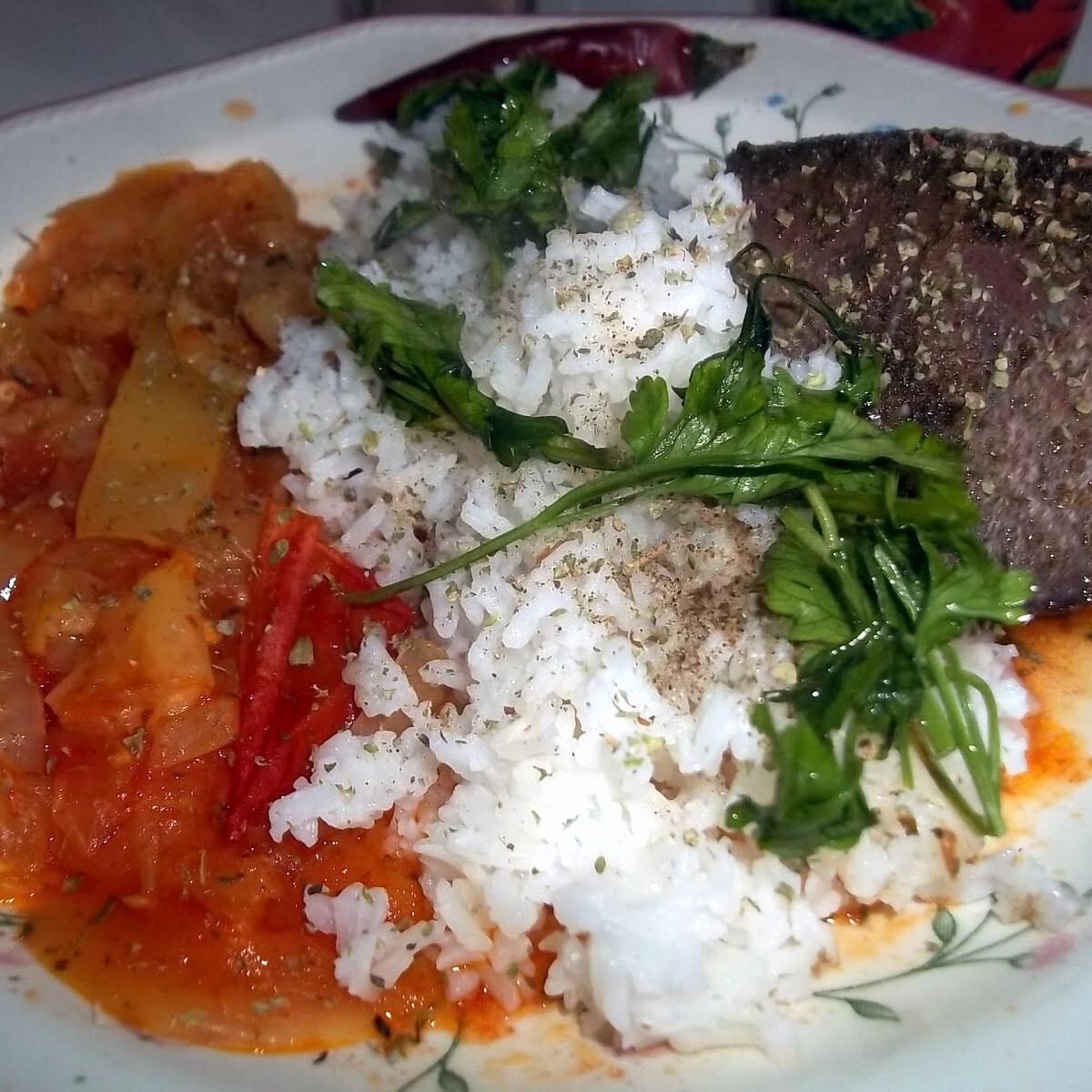 Grillezett sertésmáj lecsóval és rizzsel