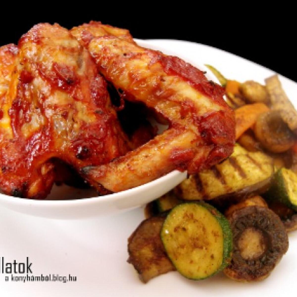 Ezen a képen: Barbecue csirkeszárny grillezett zöldségekkel