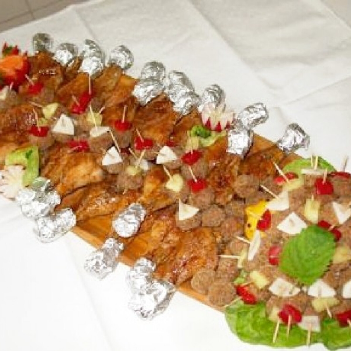 Ezen a képen: Sült csirkecombok és fasírtfalatkák fatálon