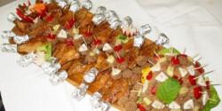 Sült csirkecombok és fasírtfalatkák fatálon