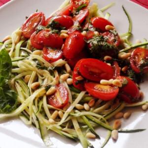 Cukkini-spagettis paradicsomsaláta