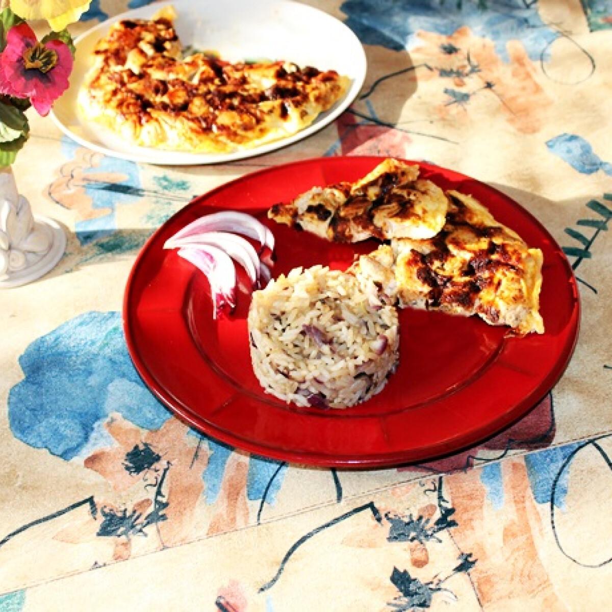 Ezen a képen: Tojáslepényben sült csirkemell lilahagymás-rizzsel