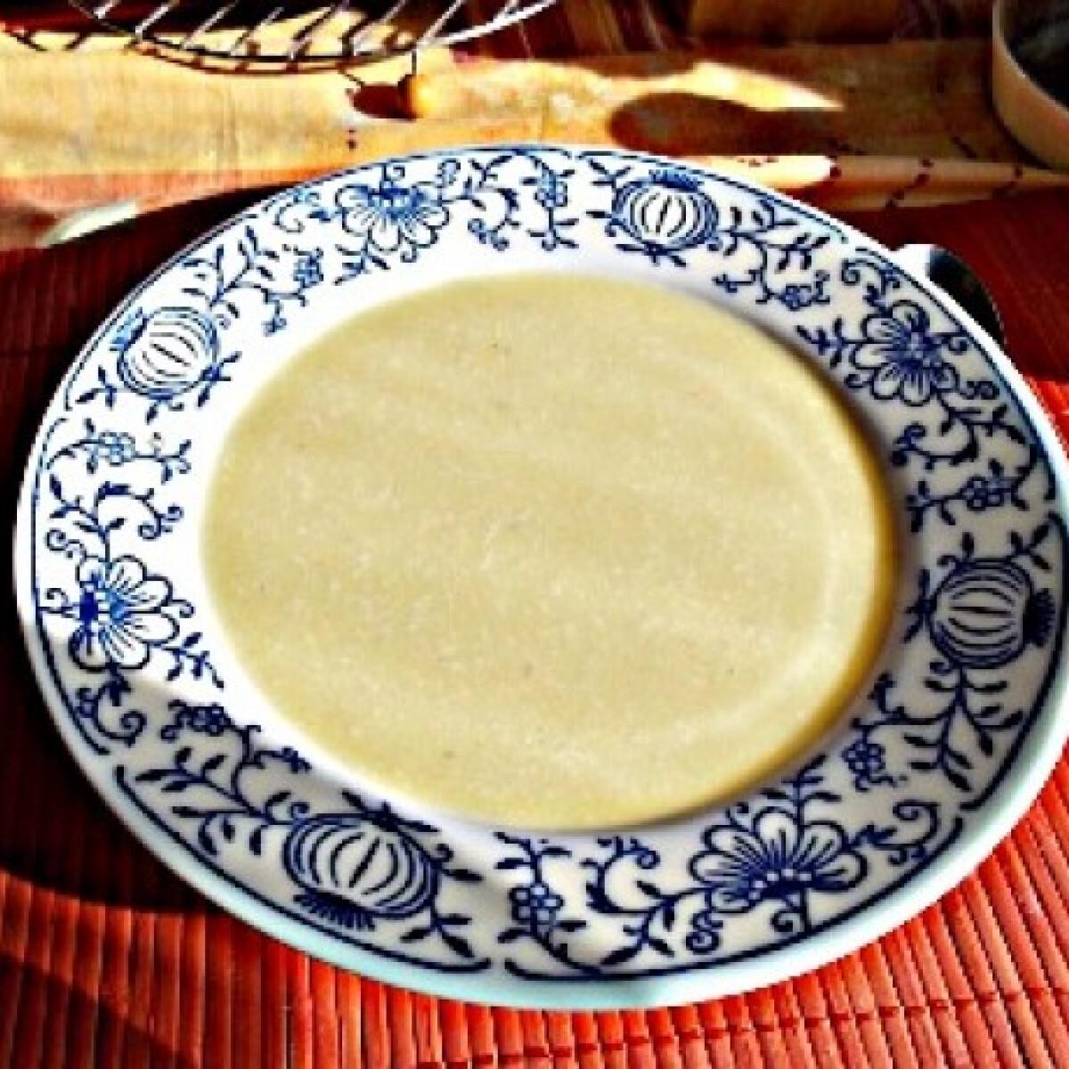Ezen a képen: Sajtos-fokhagymás burgonyakrémleves