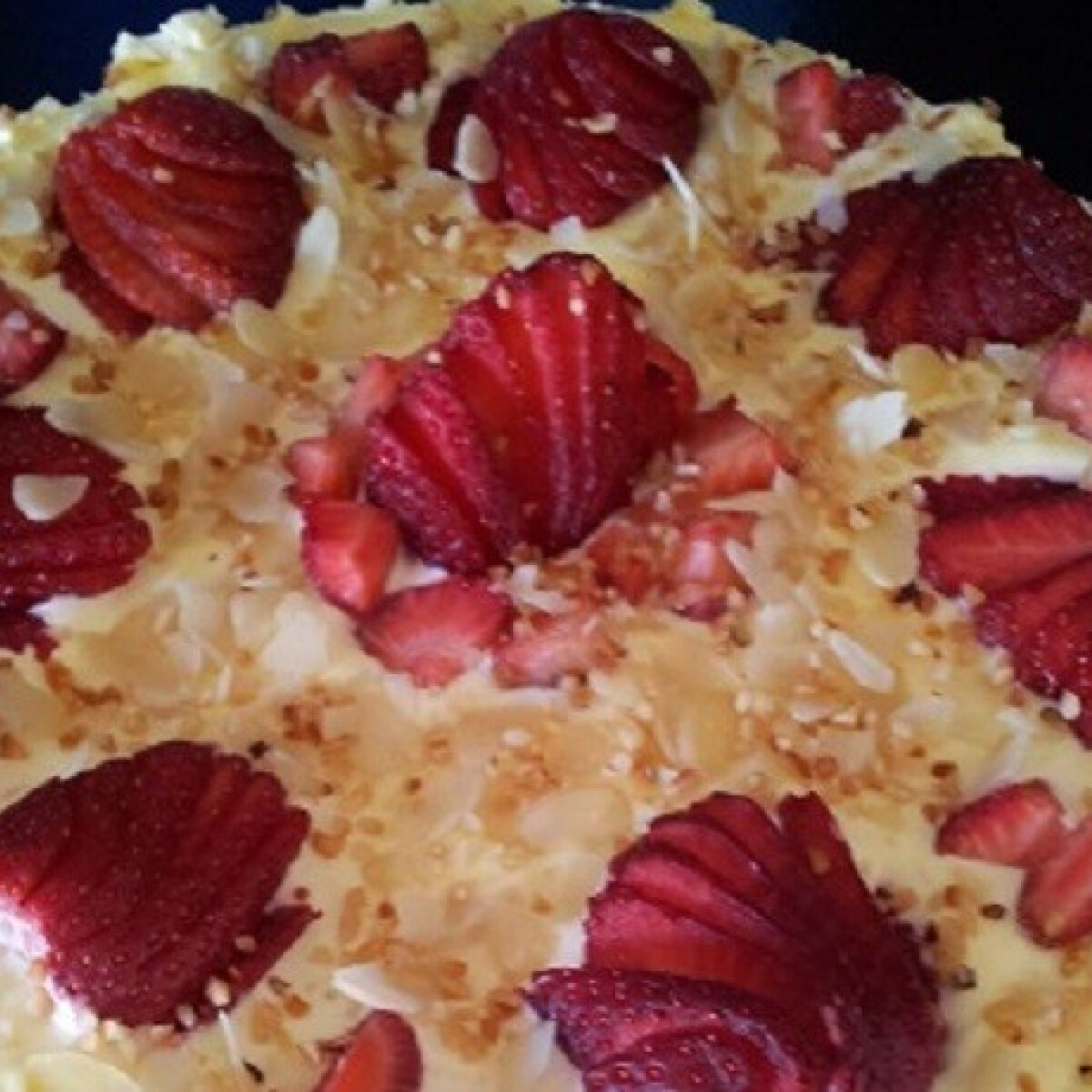 Ezen a képen: Epres tiramisu torta sütés nélkül
