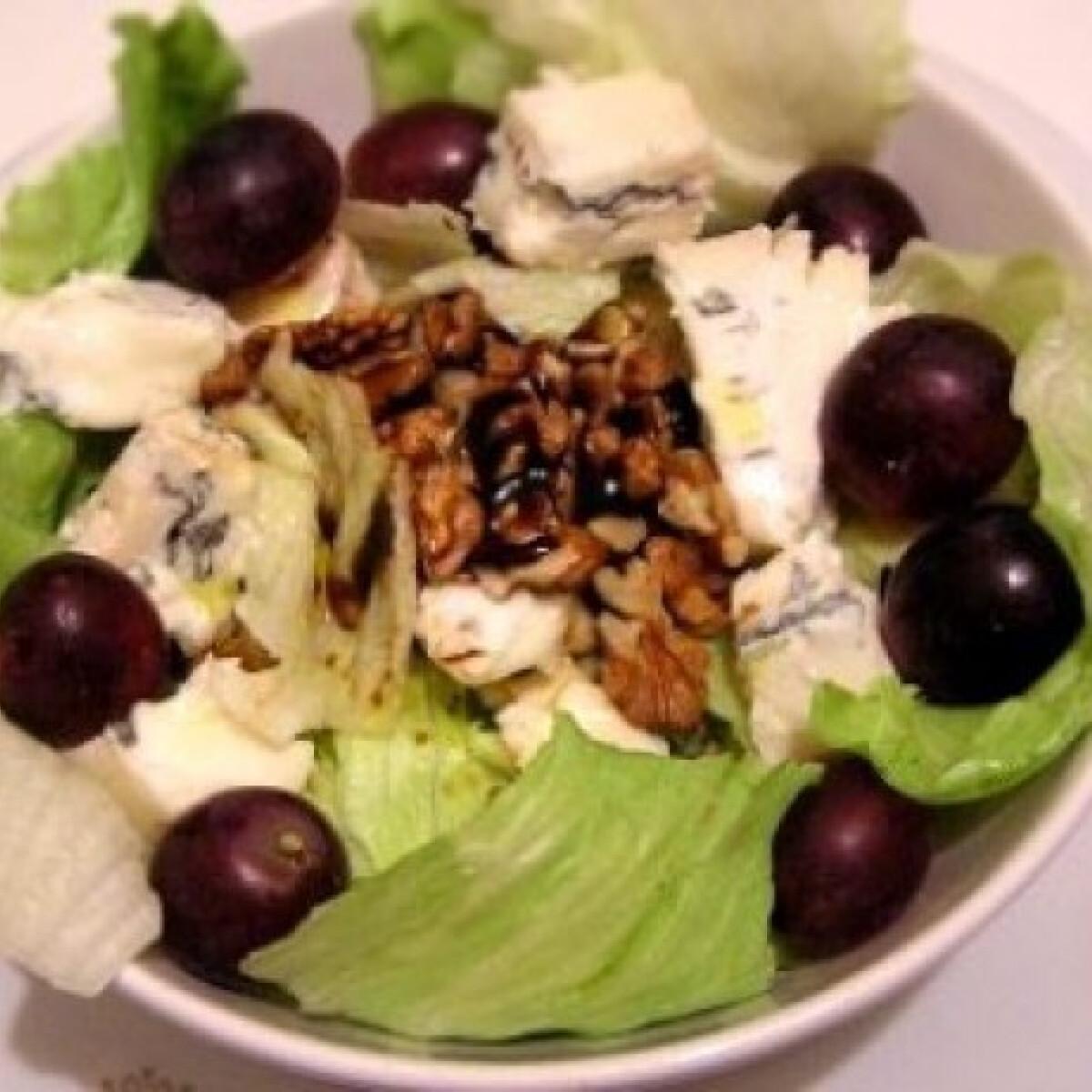Ezen a képen: Gorgonzolás-diós saláta