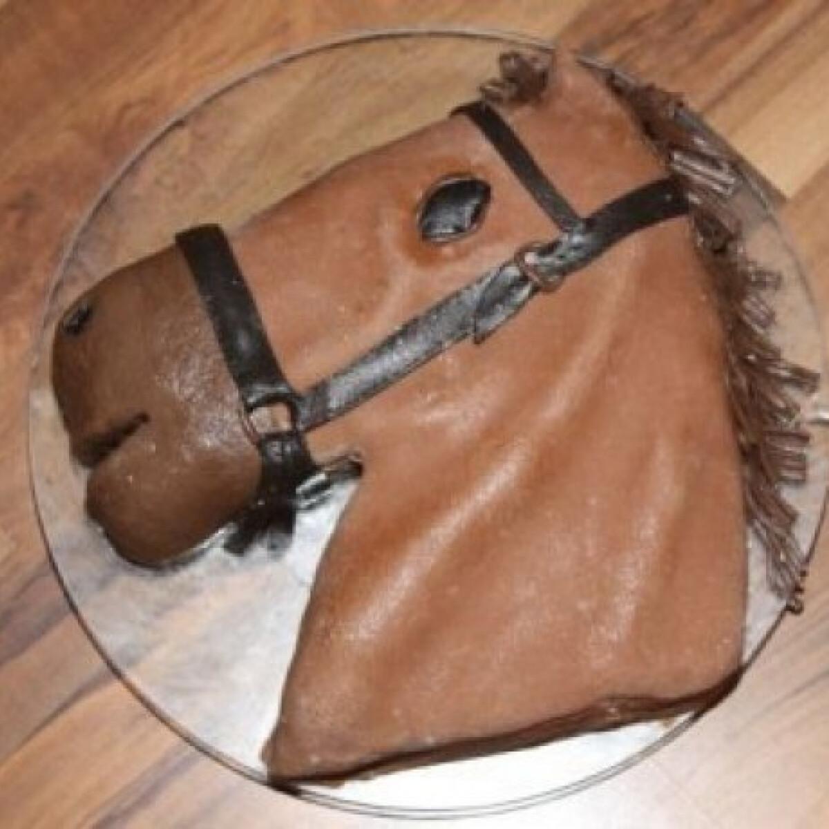 Ezen a képen: Lovas torta kekszmasszából