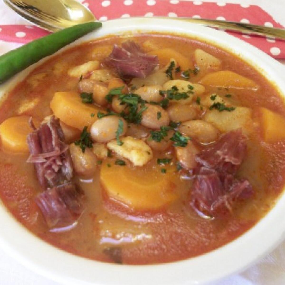 Ezen a képen: Fejtettbab-leves gazdagon csülökkel