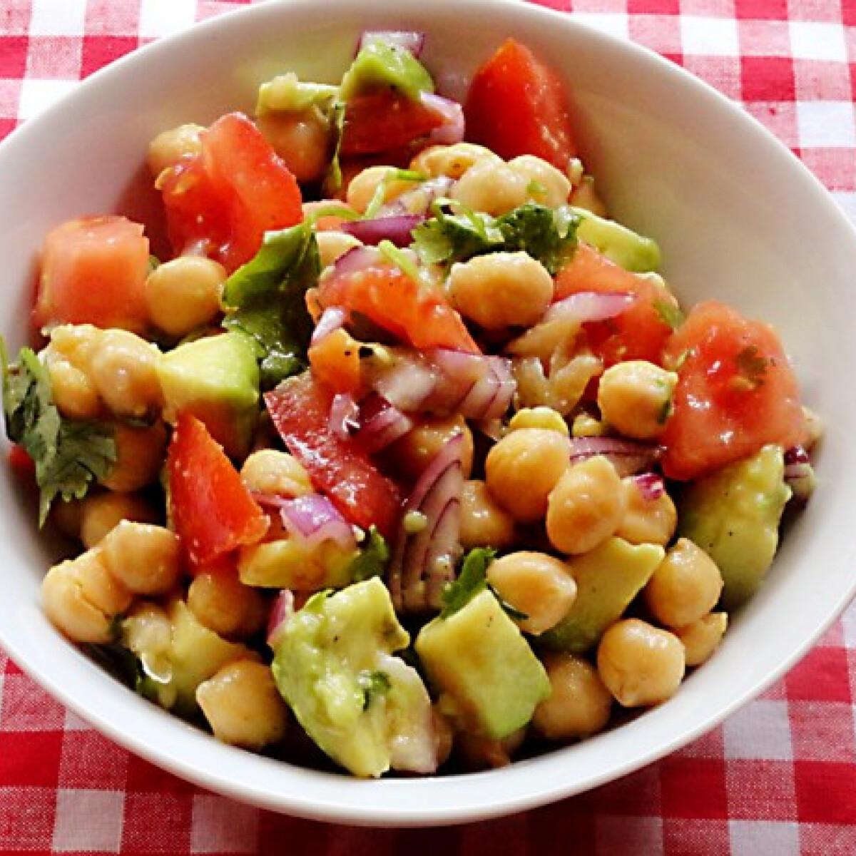 Ezen a képen: Avokádós-paradicsomos csicseriborsó-saláta