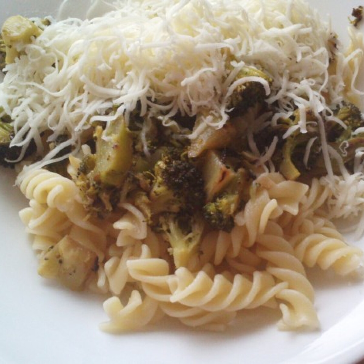 Ezen a képen: Brokkolis fokhagymás tészta