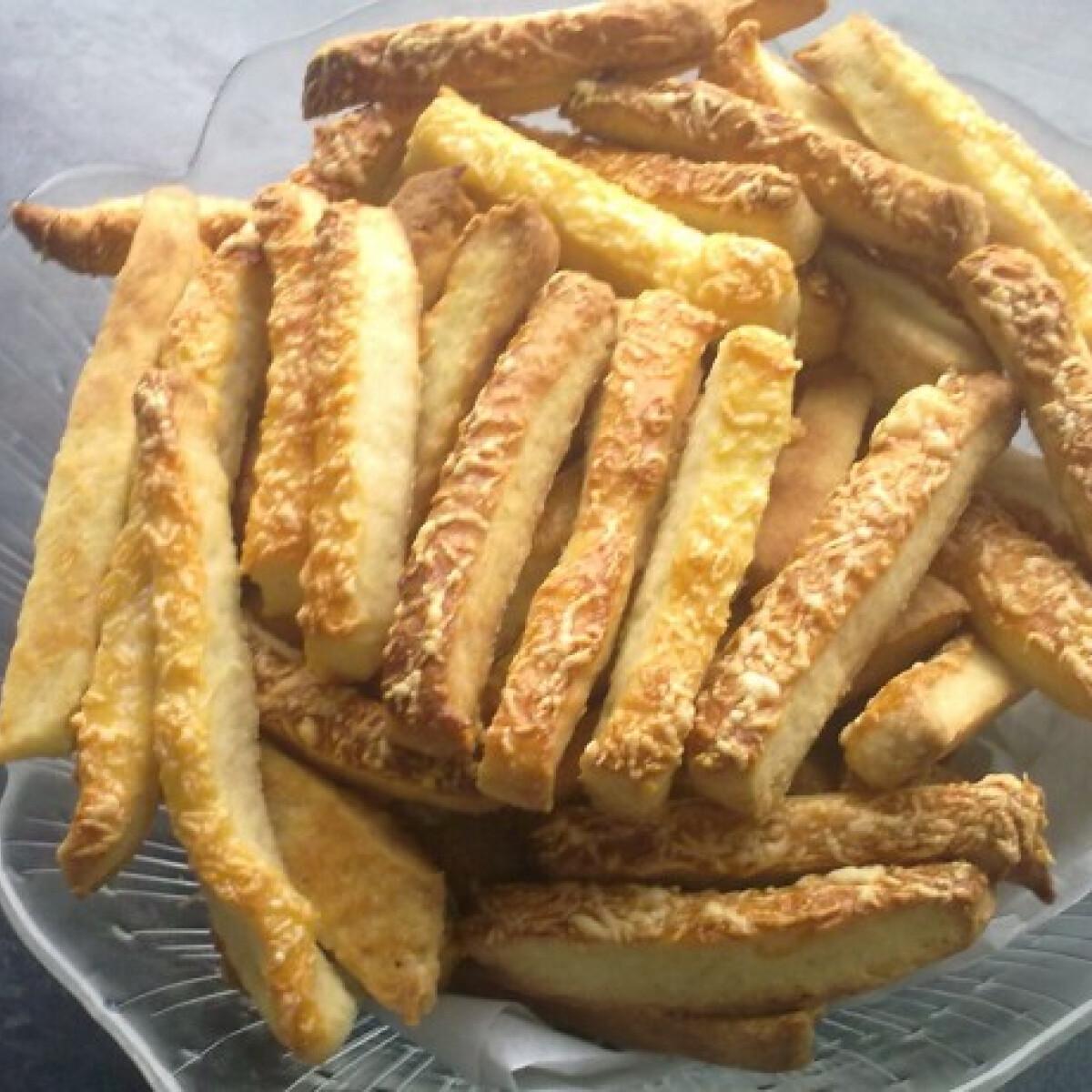Ezen a képen: Omlós sajtos rudacskák Sziszike konyhájából