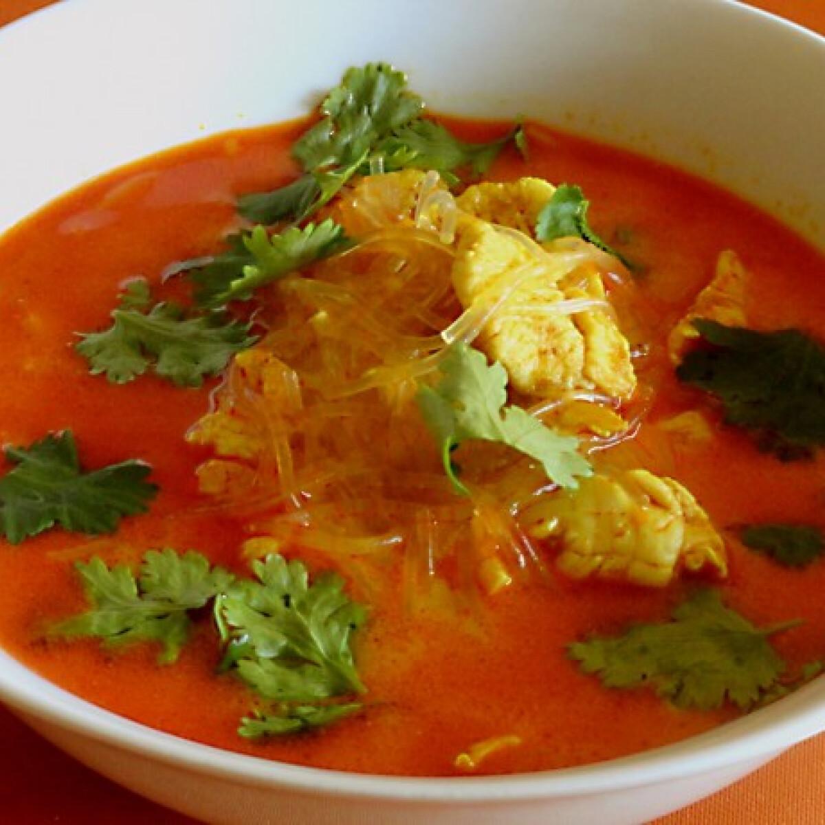 Gyors kókusztejes-curry-s leves üvegtésztával