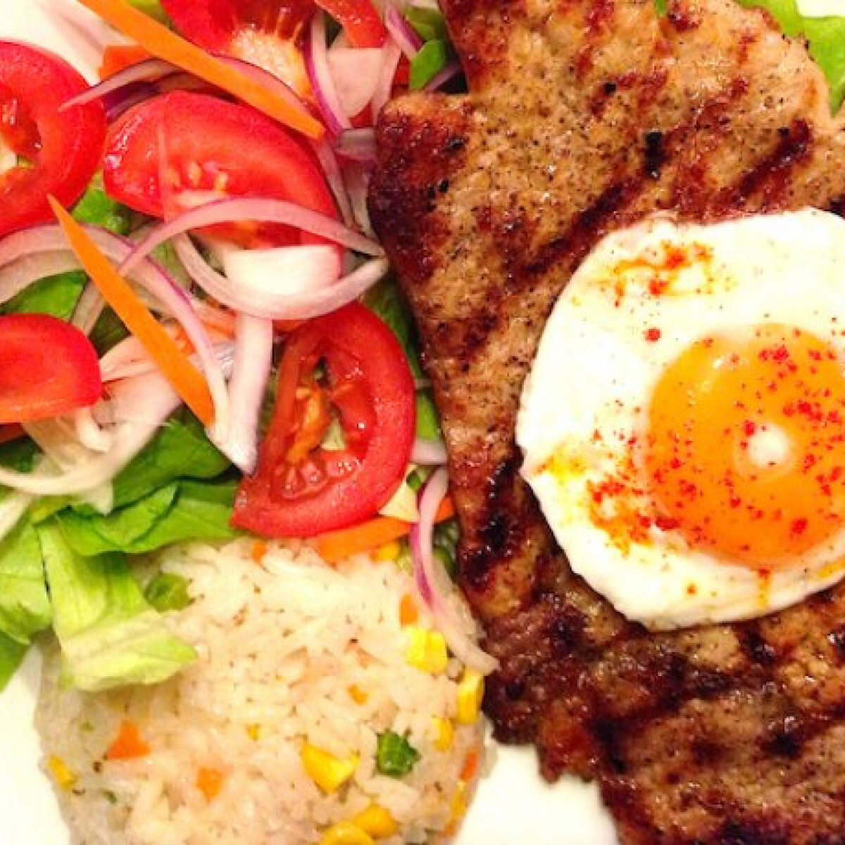 Holstein borda salátával és rizspiláffal