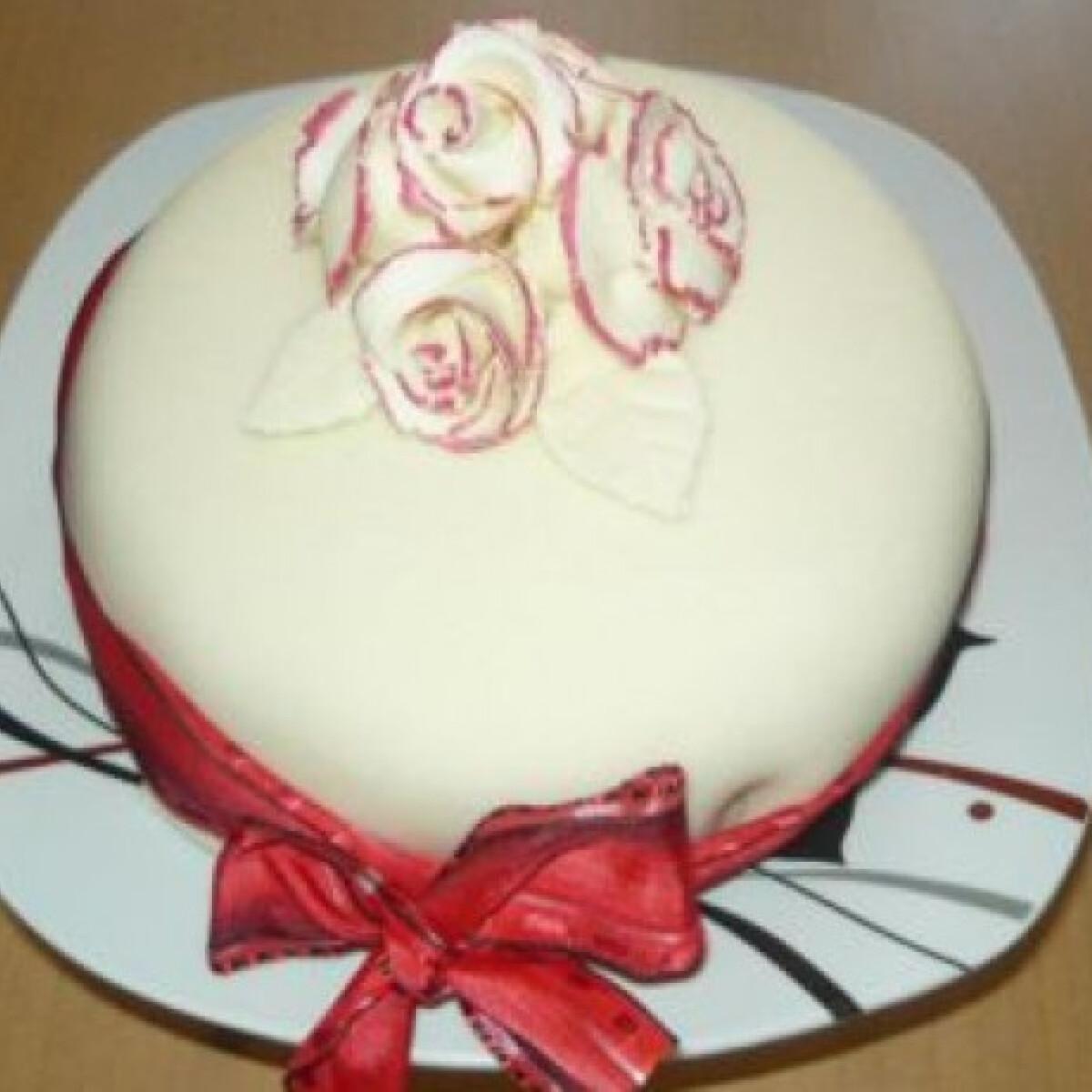 Red Velvet torta rózsával