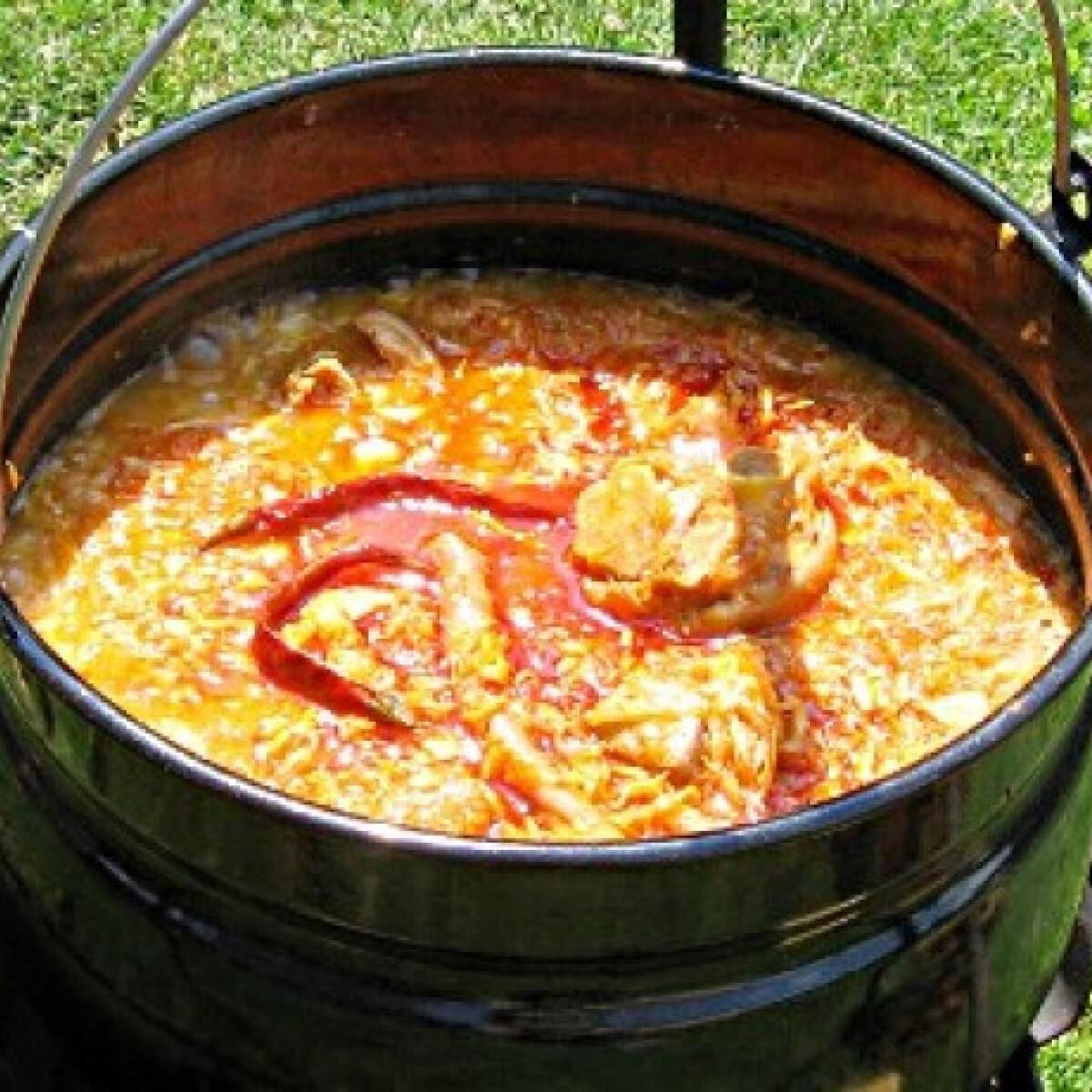 Ezen a képen: Bográcsos-húsos kovászolt káposzta