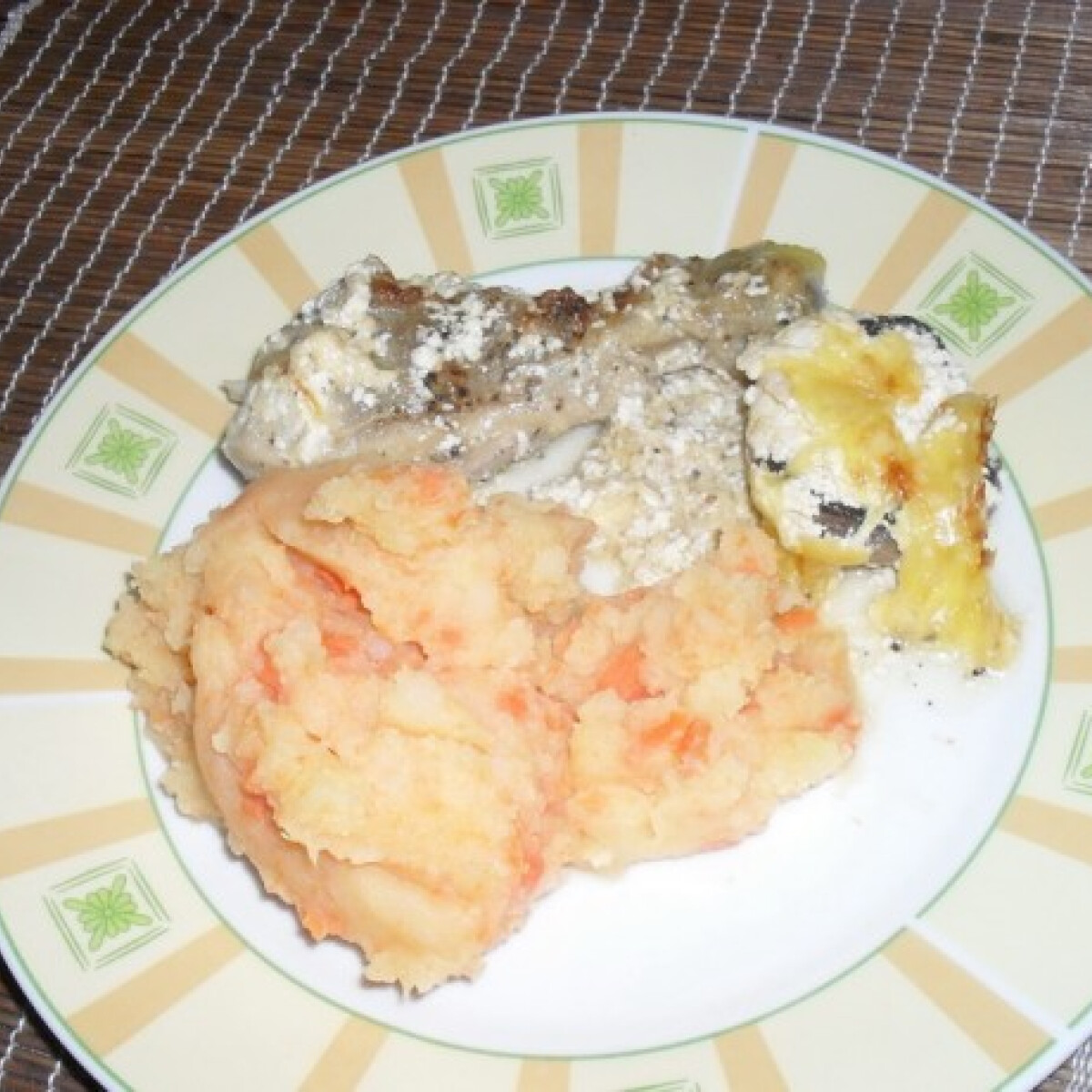 Ezen a képen: Borsos csirke gombával és sárga krumplival