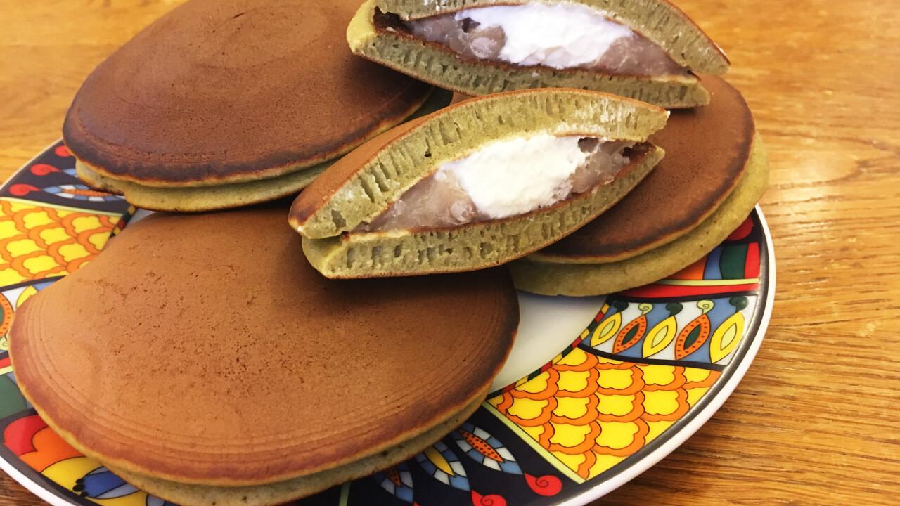 Matcha dorayaki babpürével és tejszínhabbal