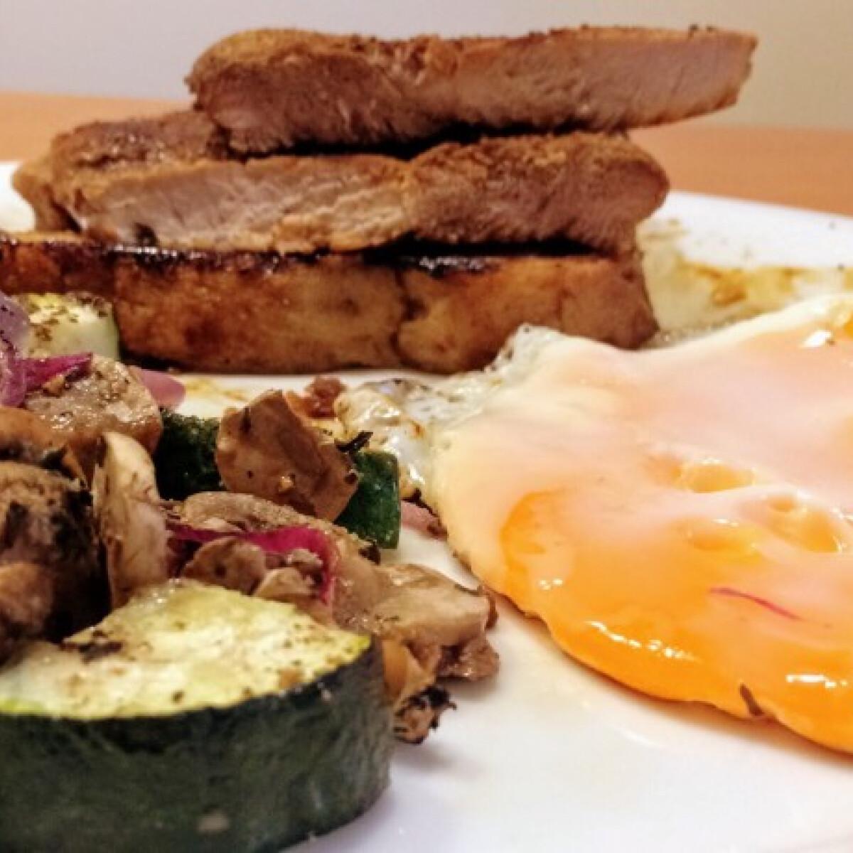 Ezen a képen: Sertéscomb tükörtojással és grill zöldségekkel