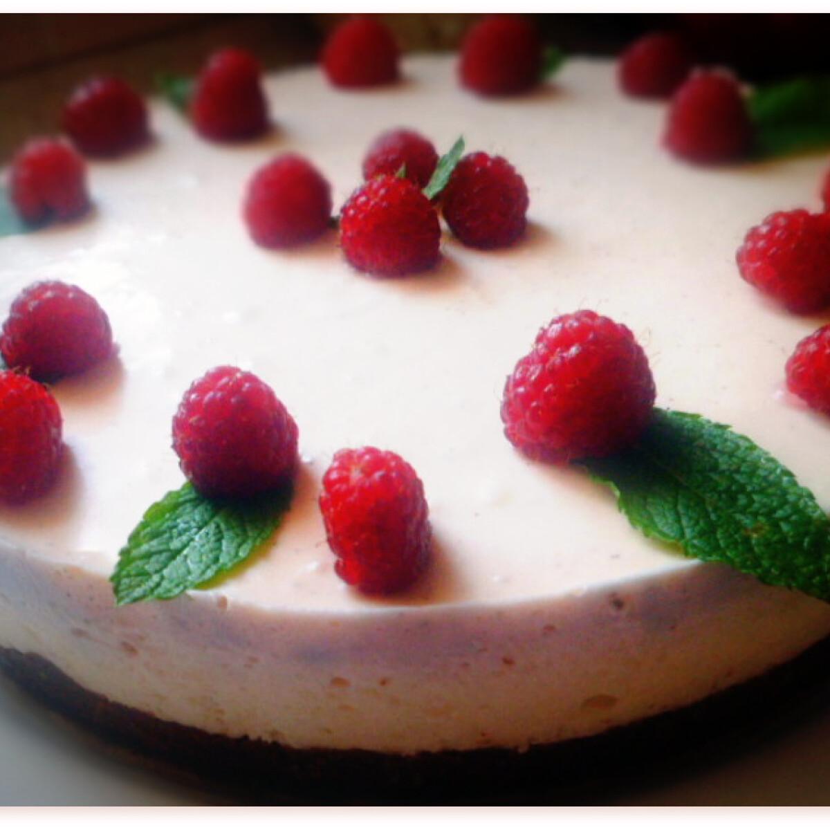 Ezen a képen: Citromos-joghurtos torta málnahabbal