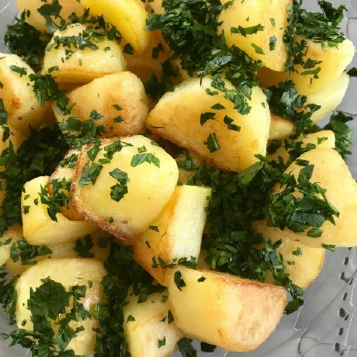 Ezen a képen: Főtt-sült újkrumpli petrezselyemmel