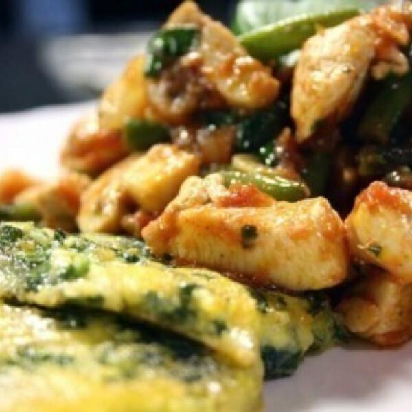 Zöldségekkel sült csirkemell spenótos puliszkával