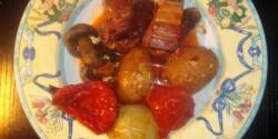 Csípős füstölt grillkolbászkák zöldségekkel együtt sütve