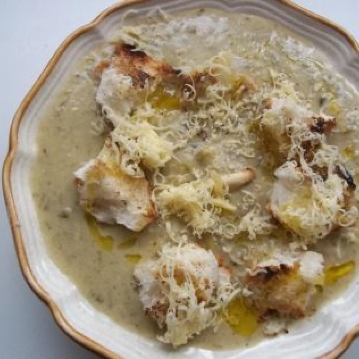 Ezen a képen: Mentás medvehagyma-krémleves sajttal