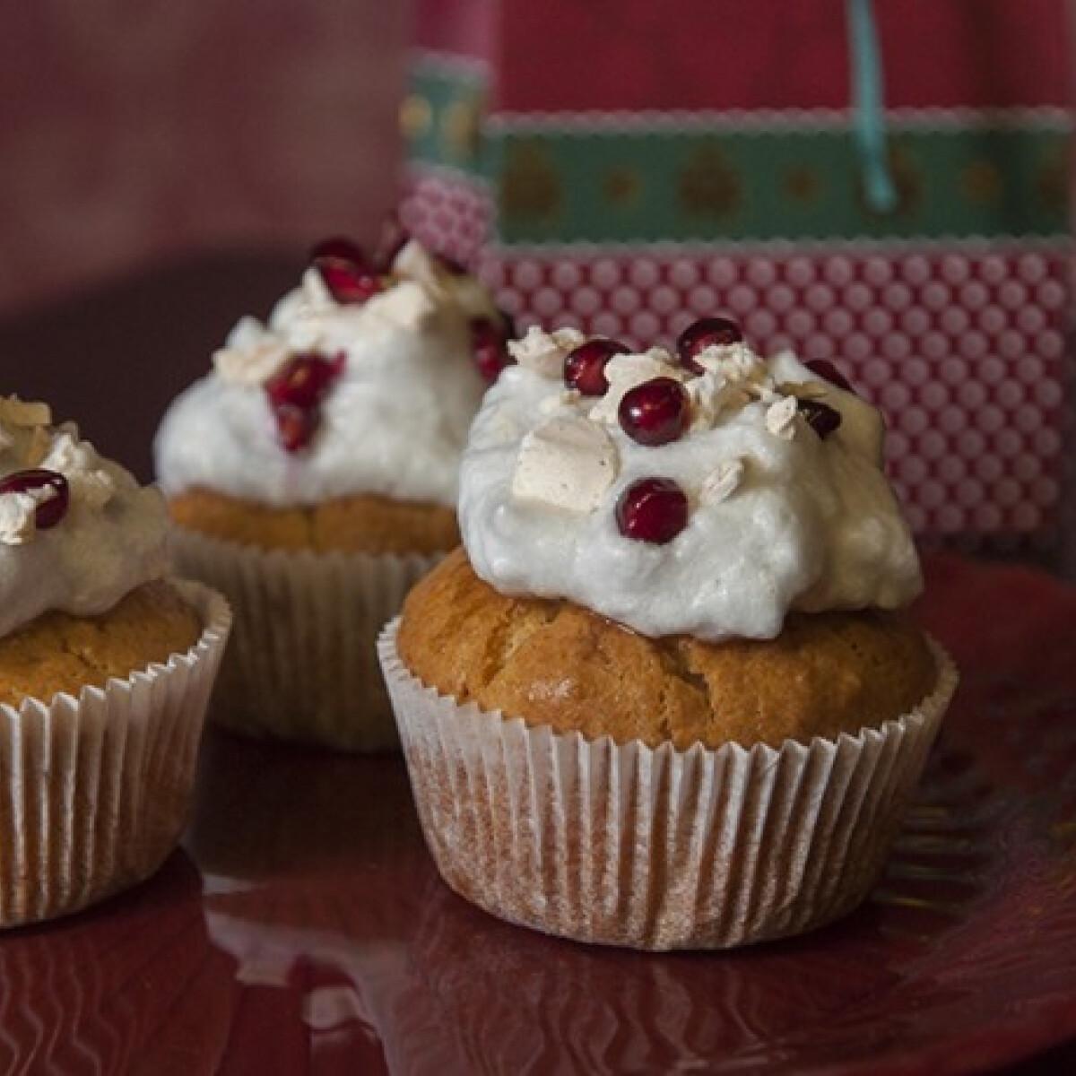 Ezen a képen: Marcipános muffin gránátalmás habbal