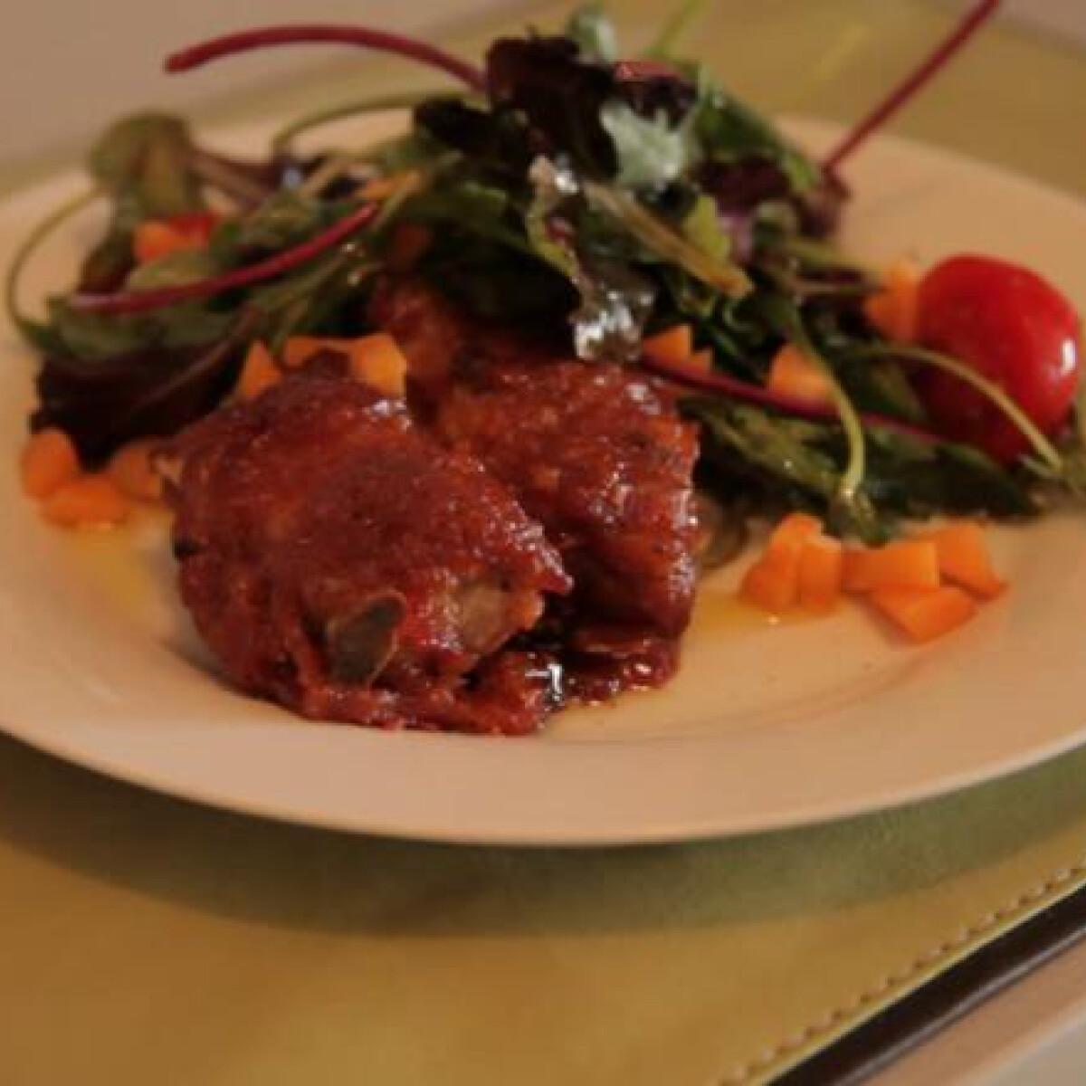 Ezen a képen: BBQ oldalas kajszidzsemmel és salátával