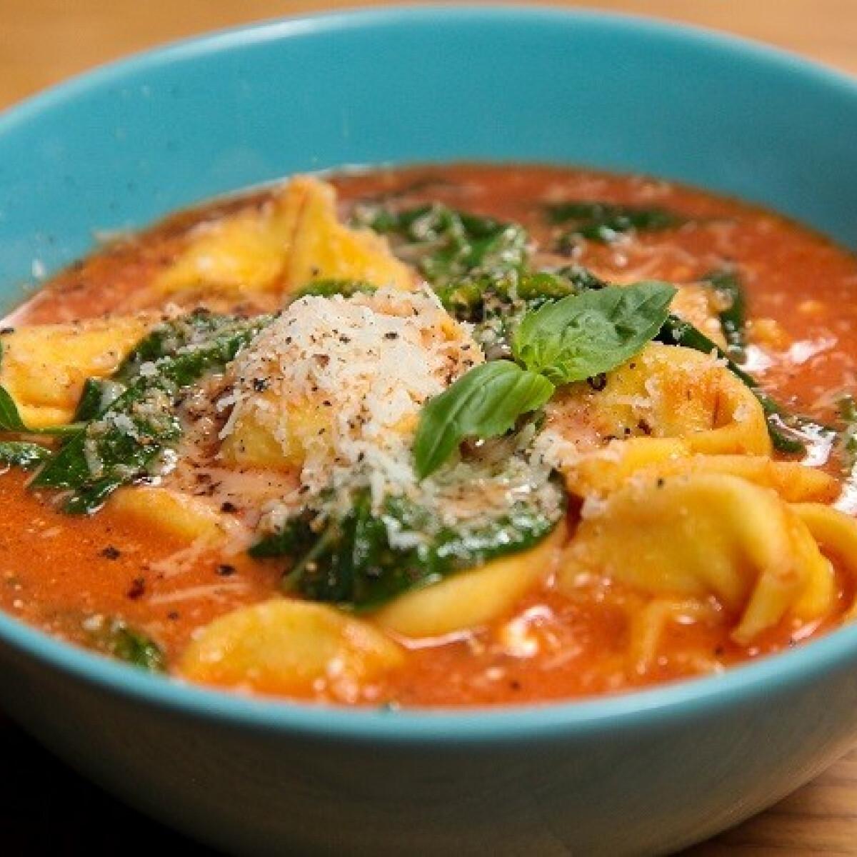 Ezen a képen: Paradicsomos tortellini leves