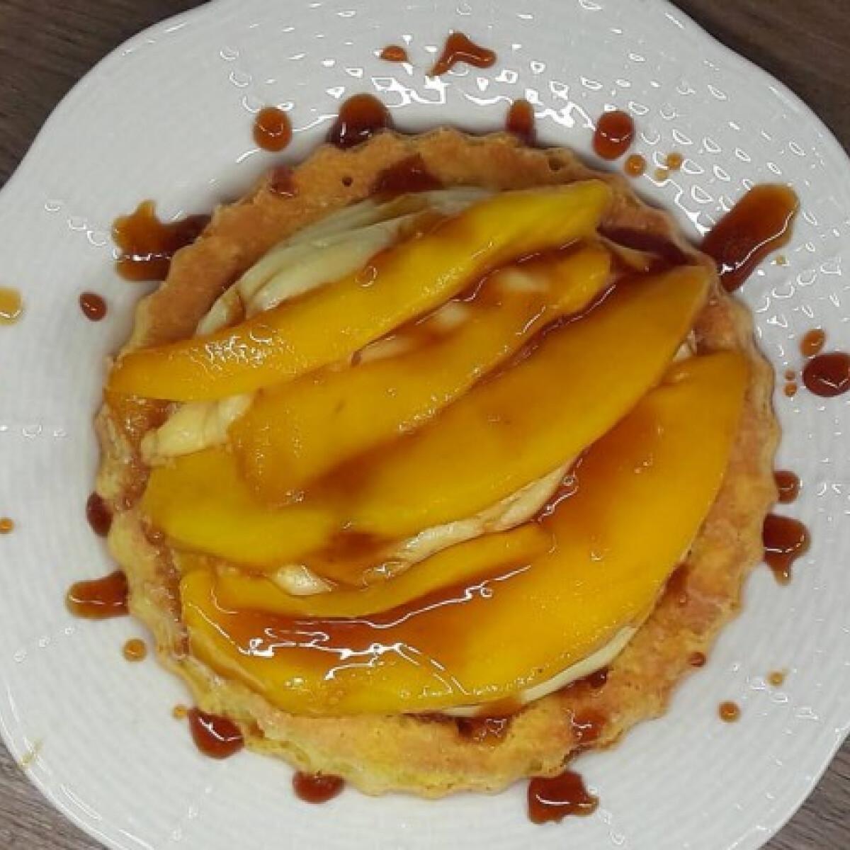 Mini gyümölcstorta vaníliakrémmel és karamellizált mangóval