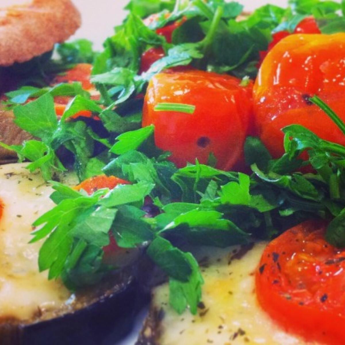 Ezen a képen: Mozzarellás padlizsán grillezett koktélparadicsommal
