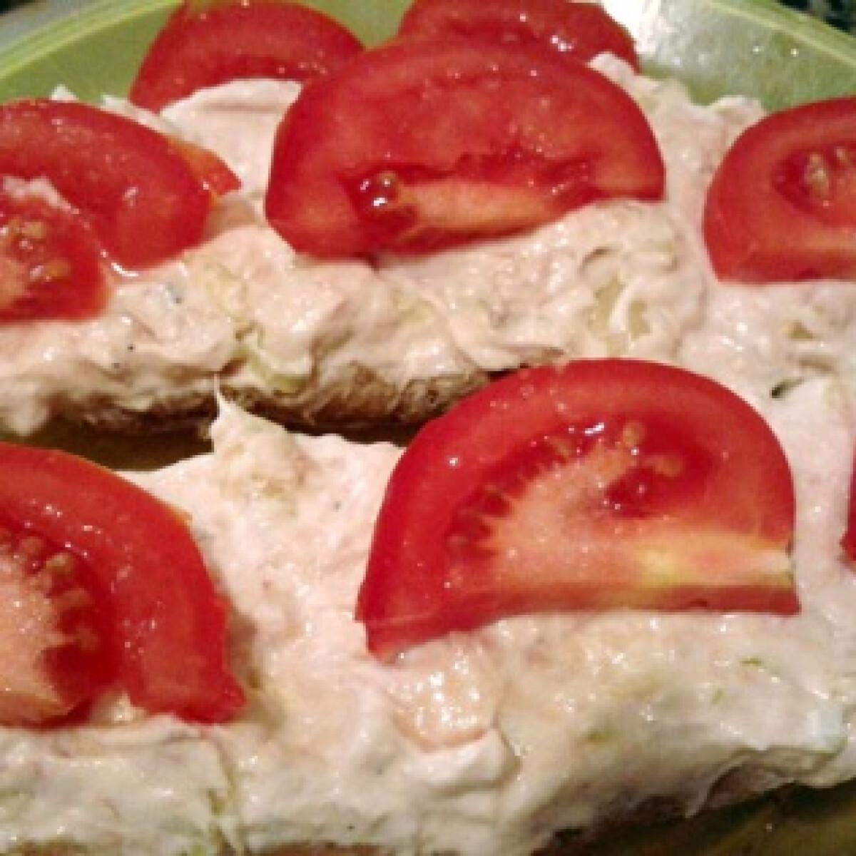 Ezen a képen: Tonhalas-feta sajtos-uborkás szendvicskrém