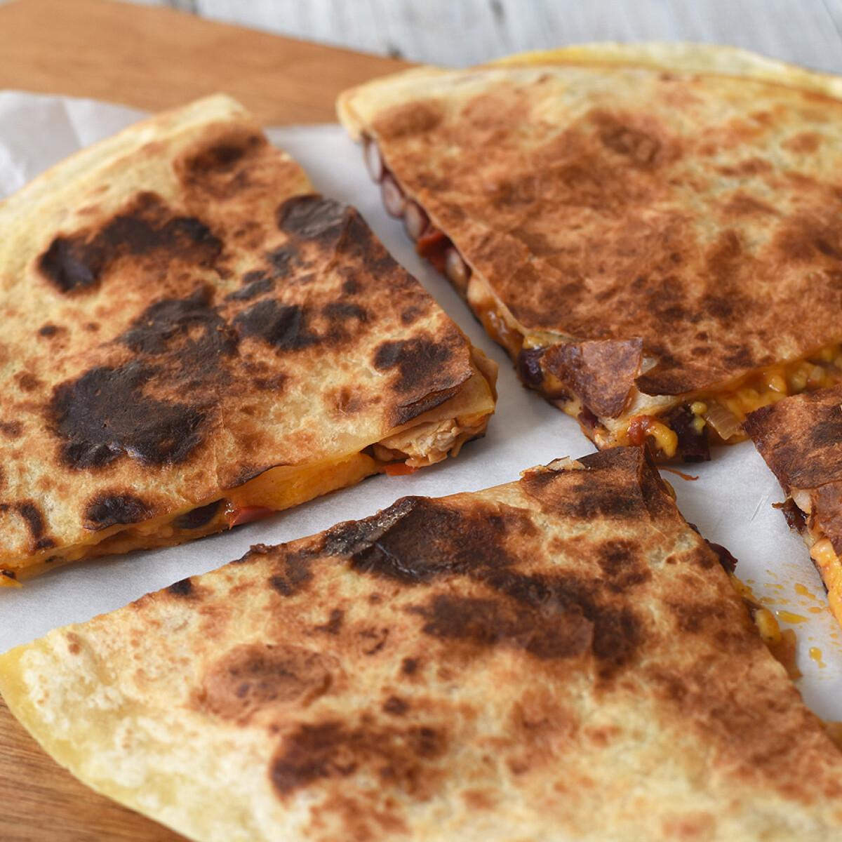 Ezen a képen: Zöldséges-csirkés quesadilla