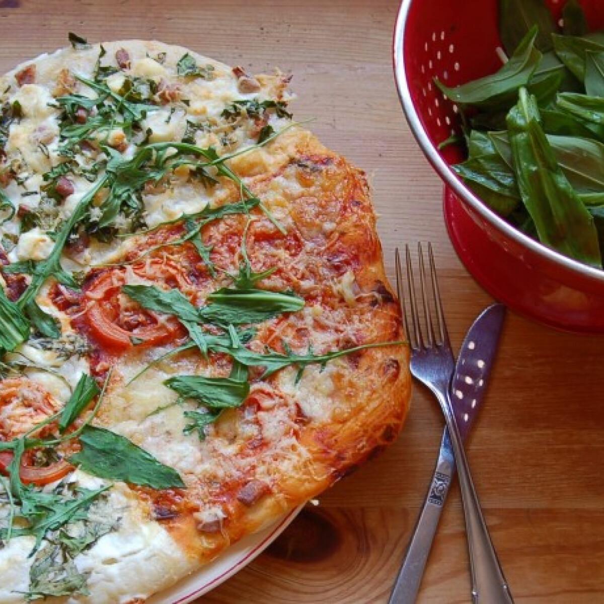 Ezen a képen: Sonkás-medvehagymás-juhtúrós pizza