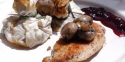 Csirke rétesbatyuval és vörösáfonyaszósszal
