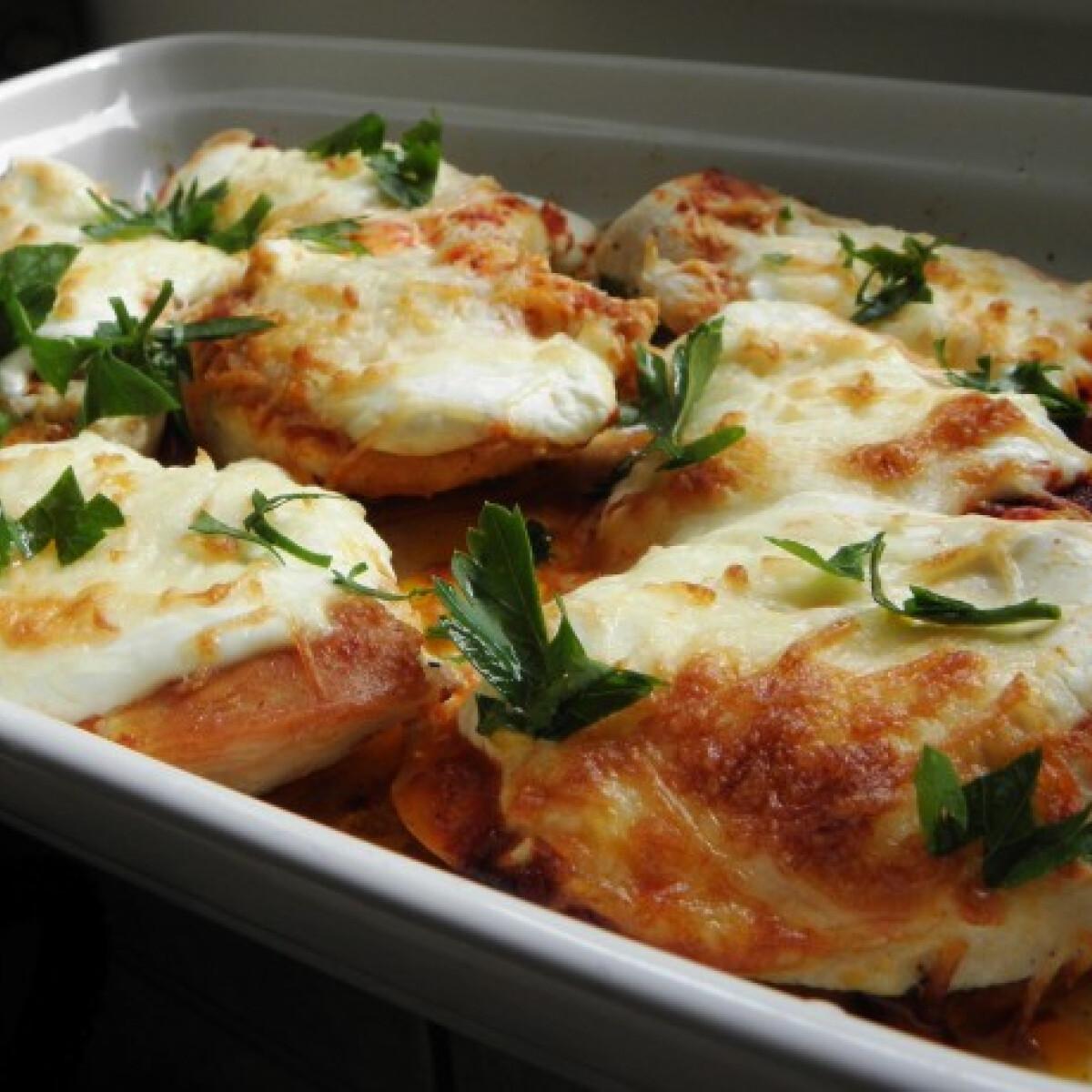 Ezen a képen: Tejfölös-sajtos csirkemell
