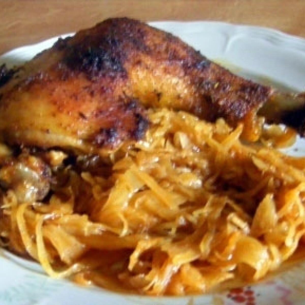 Ezen a képen: Sült csirkecomb káposztaágyon