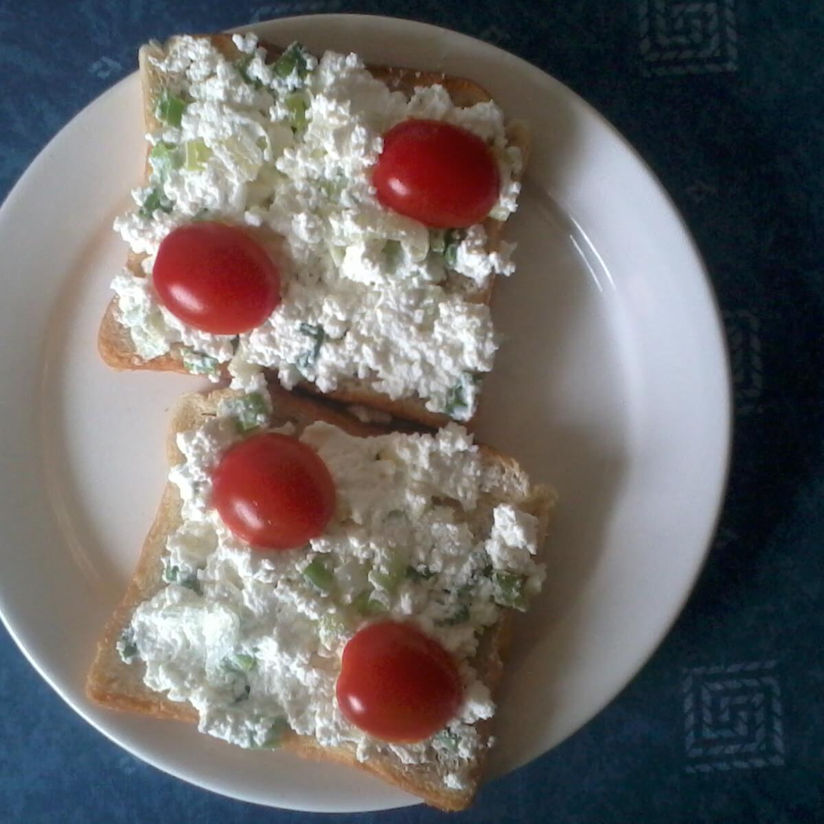 Ezen a képen: Tejfölös-újhagymás túrókrémes szendvics
