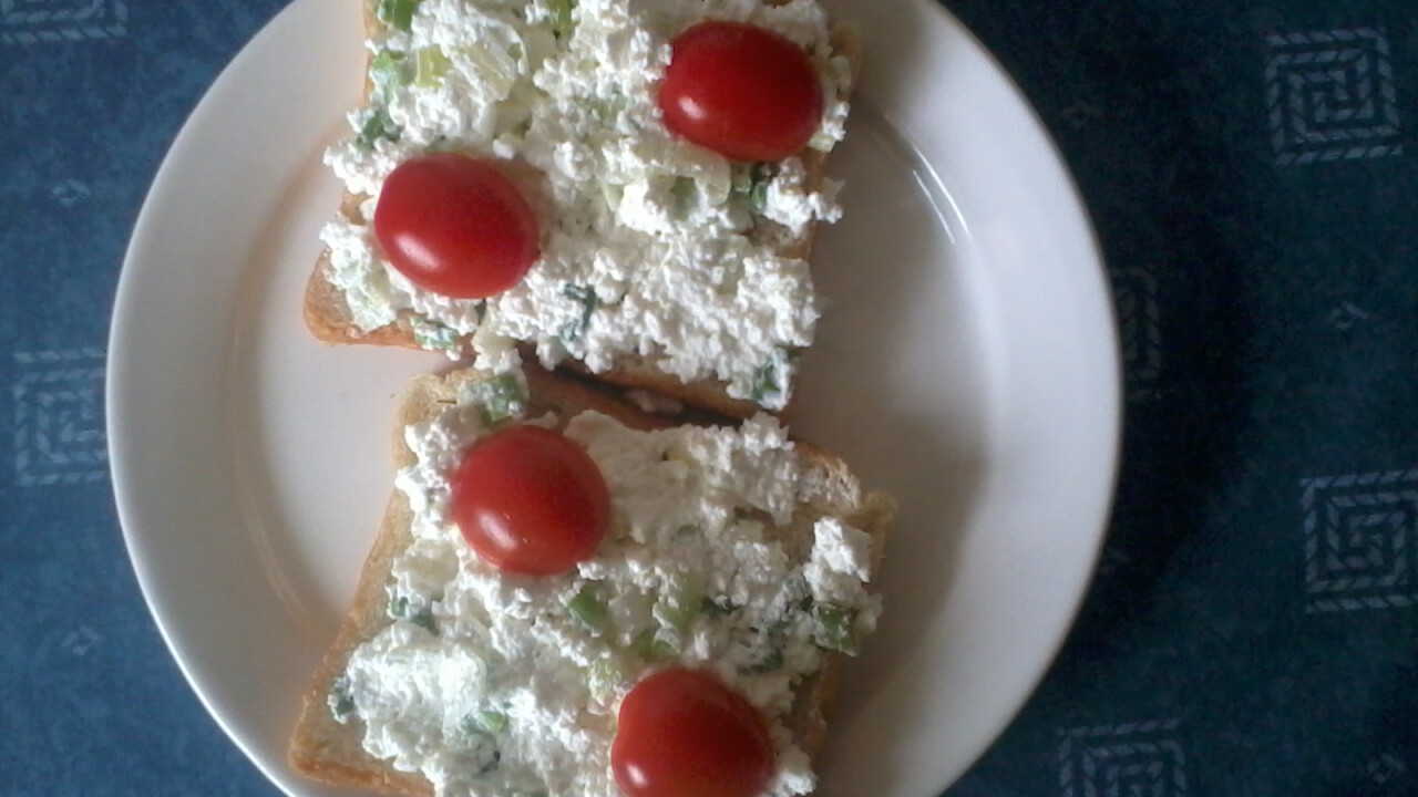 Tejfölös-újhagymás túrókrémes szendvics