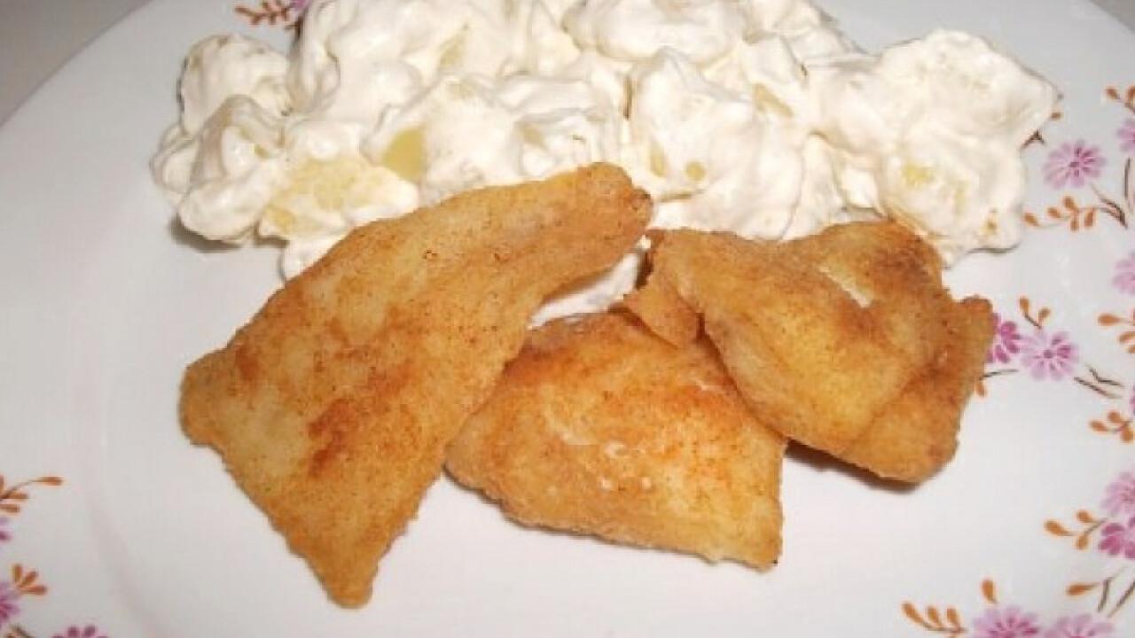 Paprikás lisztben sült hal burgonyasalátával