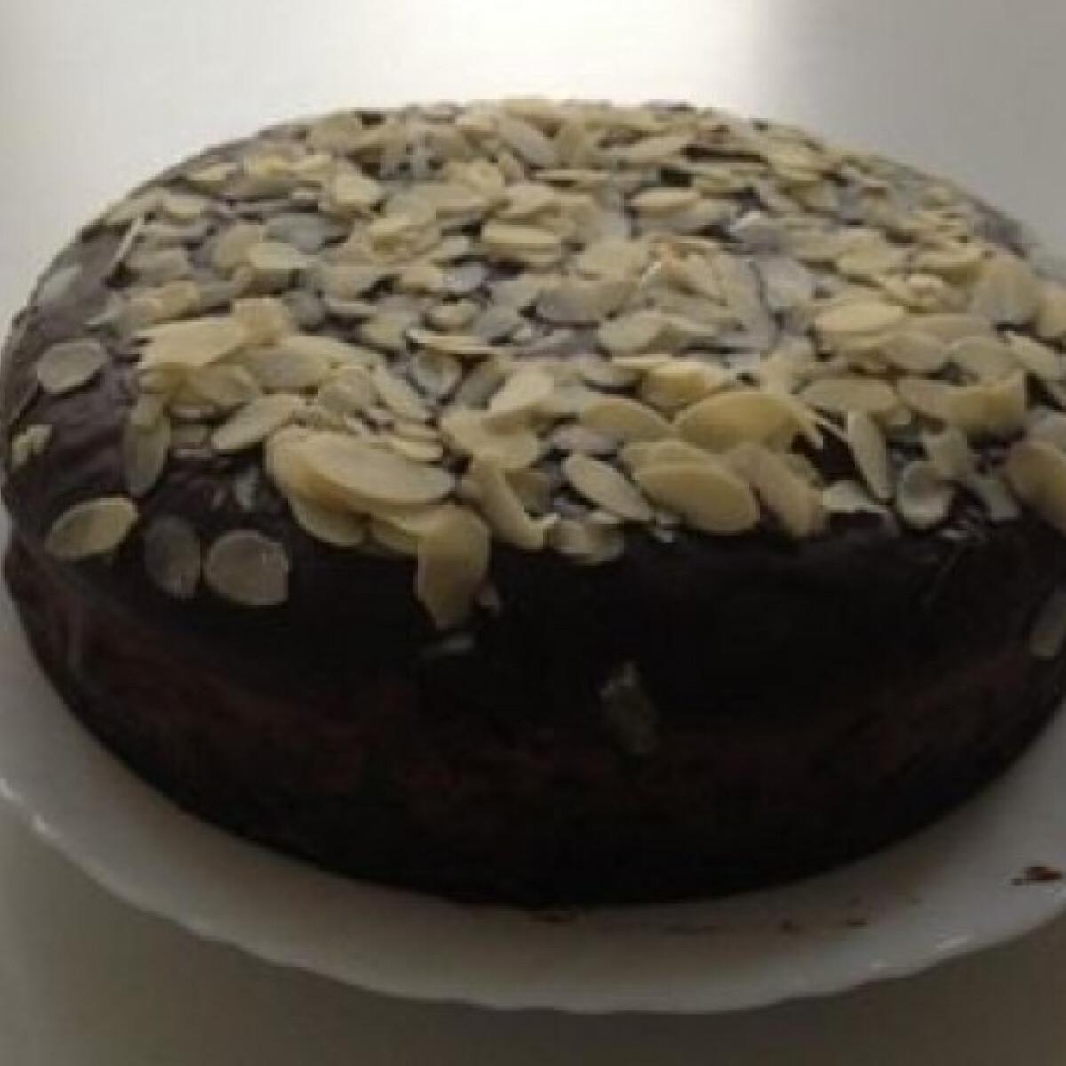 Ezen a képen: Hamis feketeerdő-torta mandulával