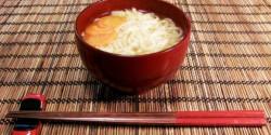 Miso leves tésztával és zöldséggel