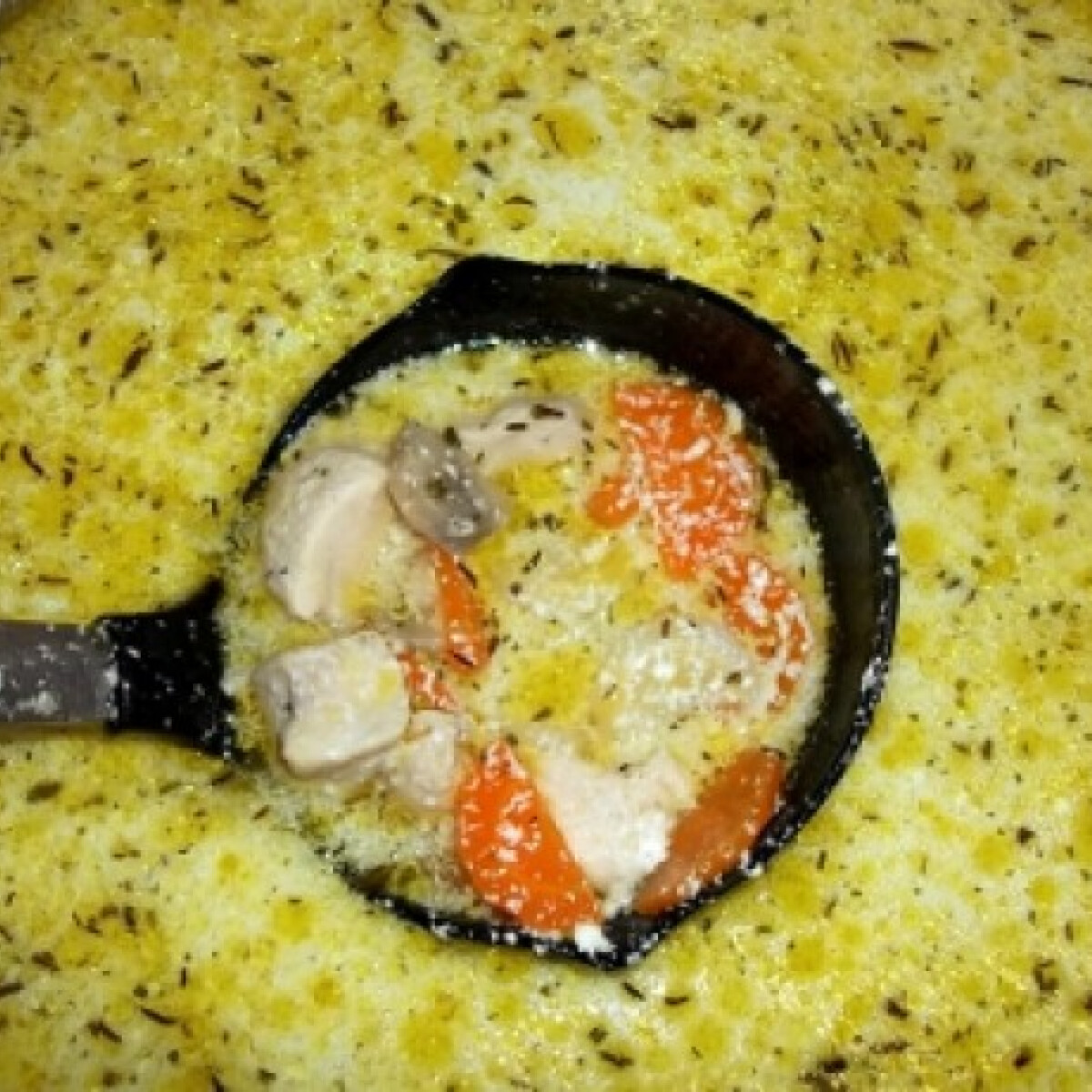 Ezen a képen: Kakukkfüves-petrezselymes csirkeraguleves