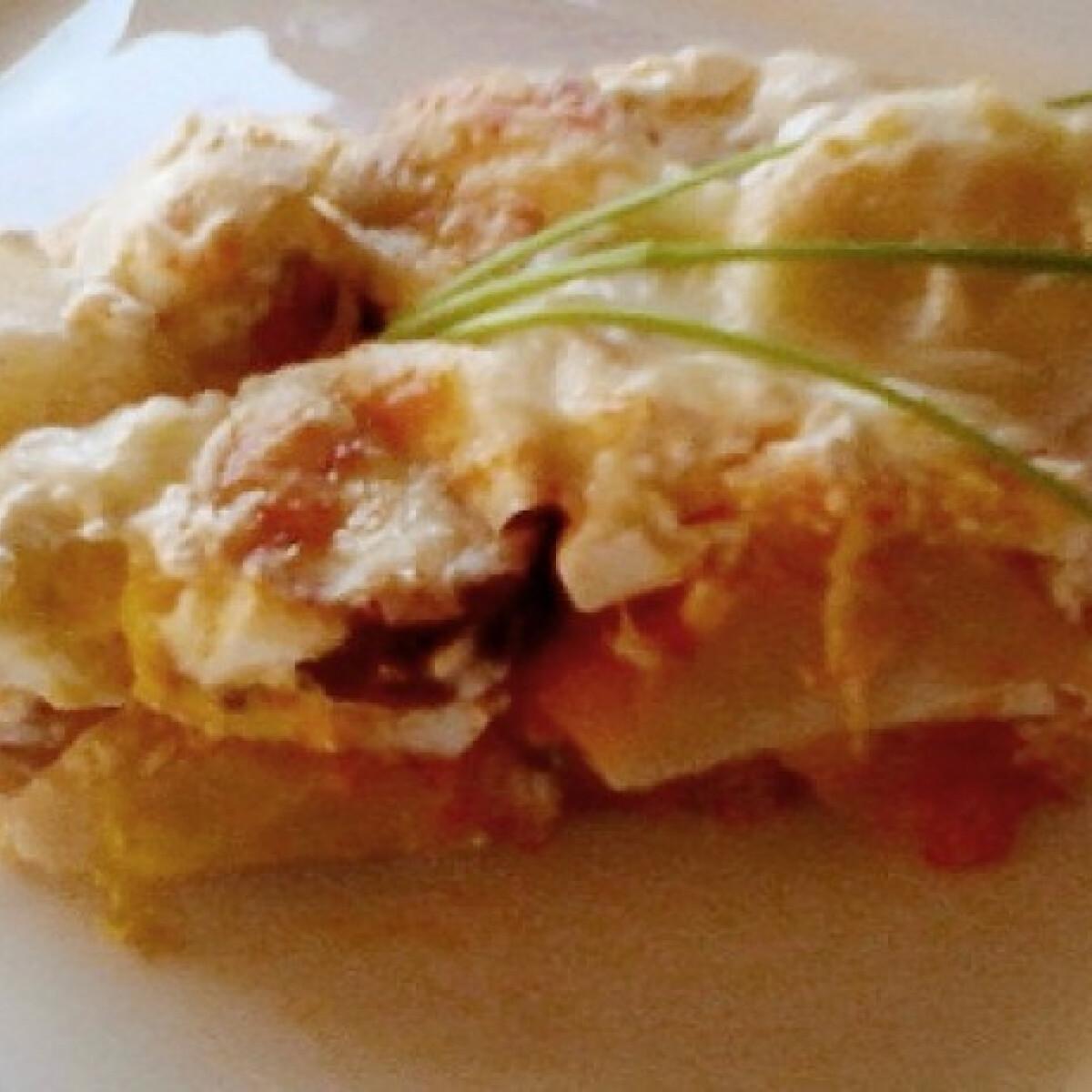 Ezen a képen: Fokhagymás tejfölben sült rakott krumpli