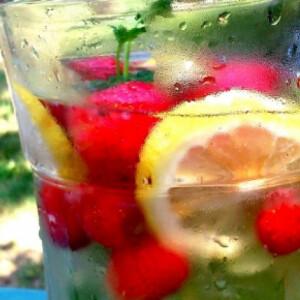 Mentás-citromos limonádé eperrel