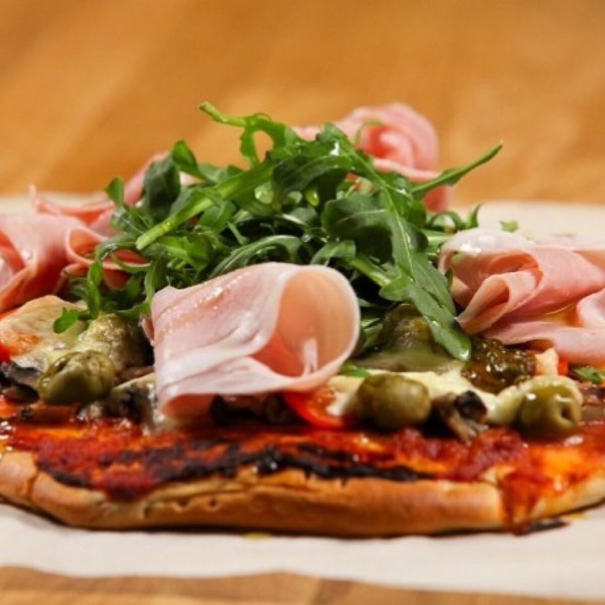 Ezen a képen: Ínyenc pizza olívával és prosciuttoval